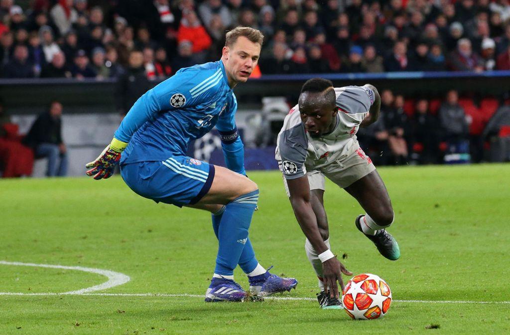 Liverpool gewinnt, der FC Bayern verliert: Sadio Mané (re.) düpiert Manuel Neuer. Foto: Baumann