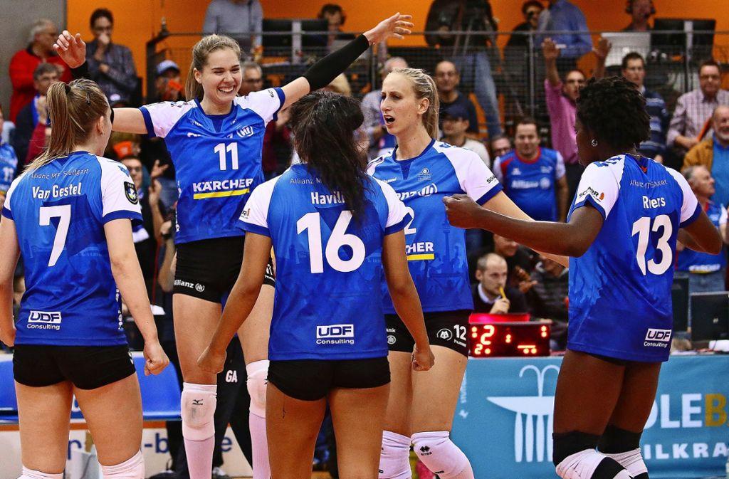 Ausgelassene Stimmung: Stuttgarts Volleyballerinnen feiern den Sieg in der Champions League. Foto: Baumann