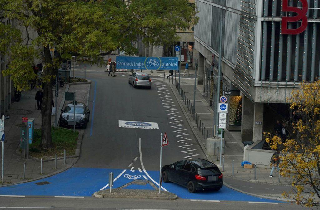 Es ist keine Seltenheit, dass Autofahrer unerlaubt in die Eberhardstraße einbiegen – trotz zahlreicher Hinweiszeichen. Foto: Andreas Rosar