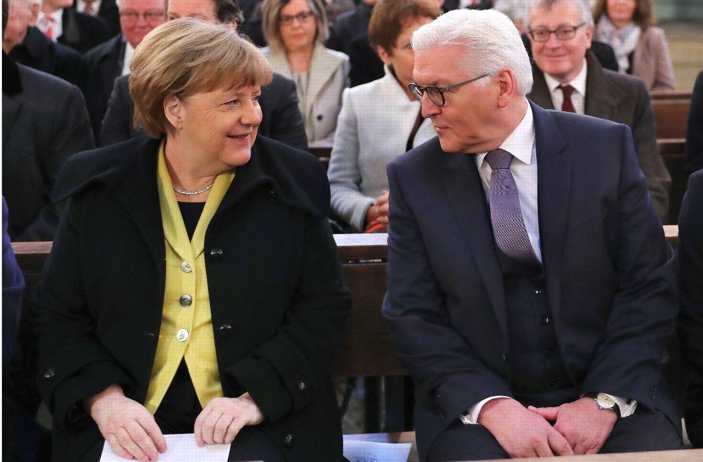 Angela Merkel und Frank-Walter Steinmeier, Kandidat bei der Wahl zum Bundespräsidenten, in der St. Hedwigs-Kathedrale beim Gottesdienst vor der Wahl des Bundespräsidenten. Foto: dpa