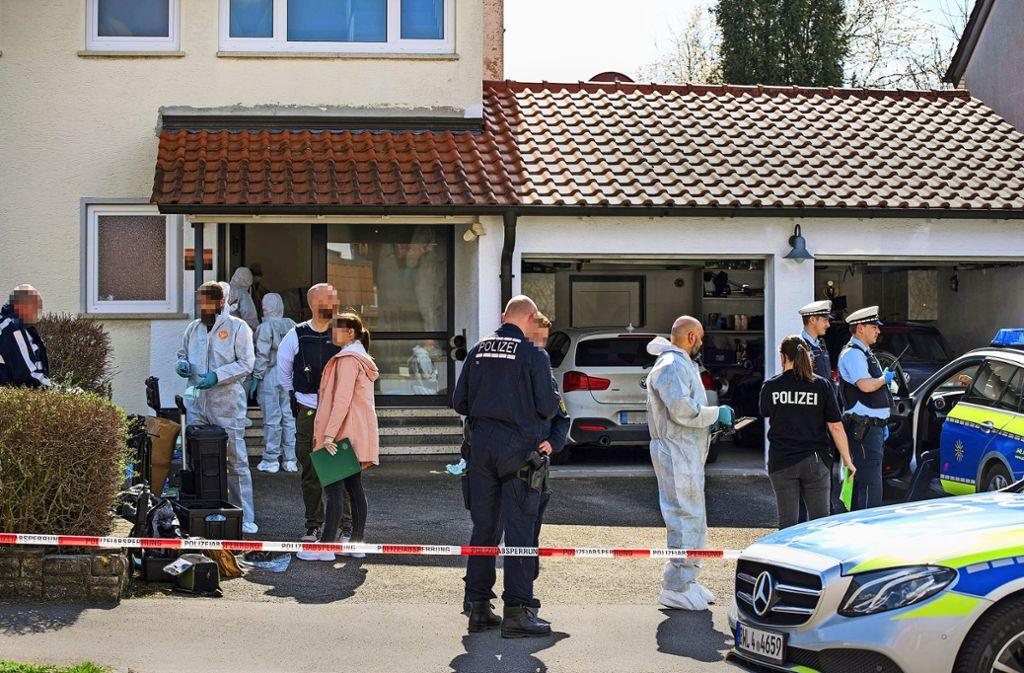 Der Polizeieinsatz verläuft nahezu unbeobachtet. Kein einziger Schaulustiger steht vor seiner Haustür. Foto: /7aktuell.de   Marc Gruber