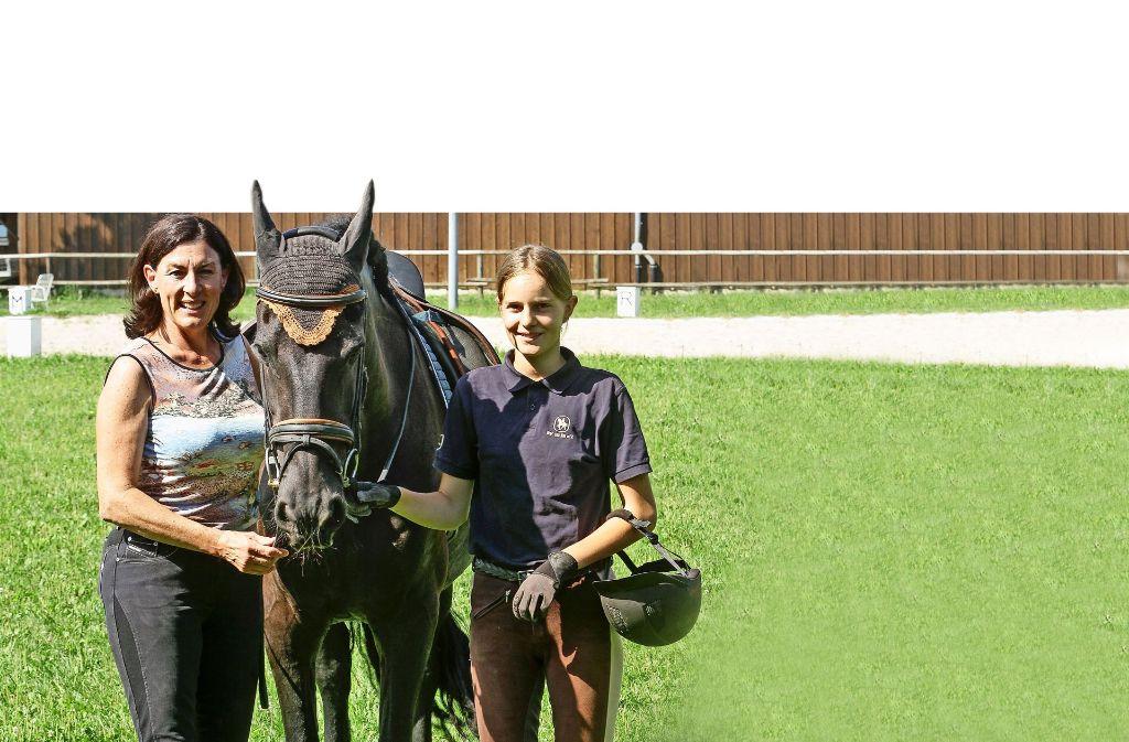 Noch wird nur geprobt: Gabriele Hubl (links) vom Reiterverein Bietigheim wird die  Reiterin Laura Kaiser beim Festumzug begleiten. Foto: factum/Bach