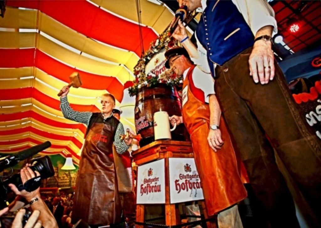 Fassanstich (durch OB Kuhn) und Volksfesteröffnung sind wieder eins. Foto: Heiss