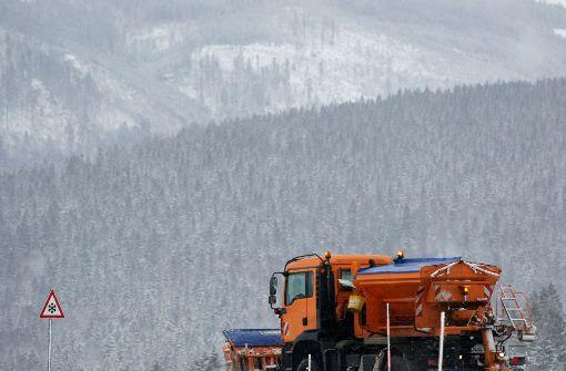 Junge in Schneehaufen verschüttet