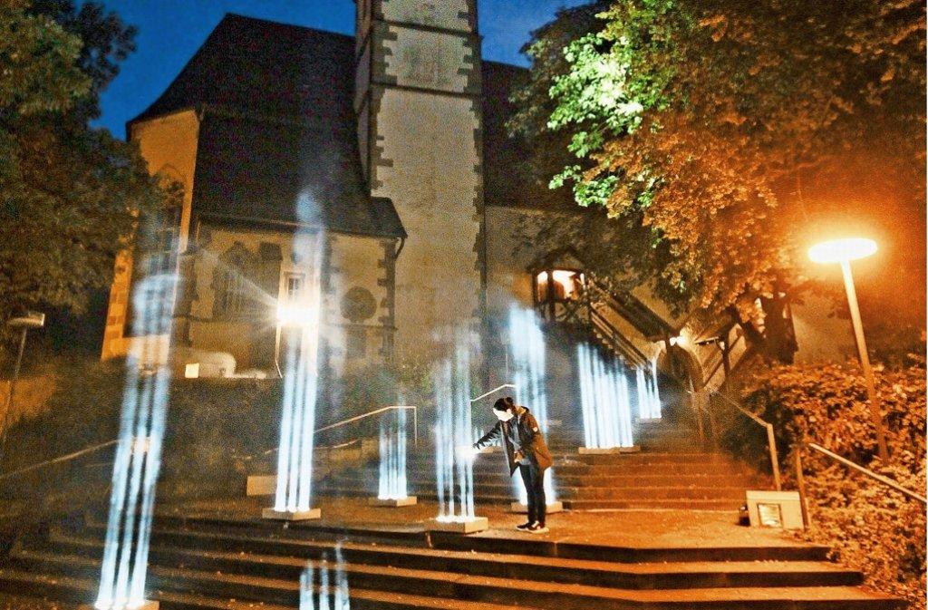 Die Lichtinstallation in Ditzingen betont die Treppe zur Konstanzer Kirche. Zwölf Lichtstrahlen ahmen die Form des Kirchturms nach. Foto: factum/Granville