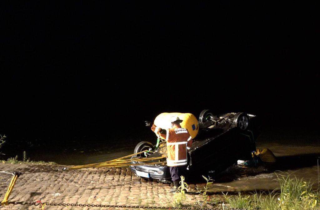 Dieses Auto ist von der Neckarfähre gerollt. Es konnte erst Stunden später geborgen werden, die Insassen waren schon tot. Foto: 7aktuell.de/Alexander Hald