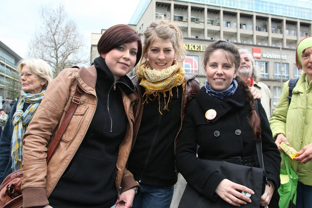 Zur 70. Montagsdemonstration gegen Stuttgart 21 sind Tausende von Menschen mit Transparenten, Tröten und Trommeln durch die Stuttgarter Innenstadt gezogen. Klicken Sie sich durch die Bildergalerie. Foto: Beytekin