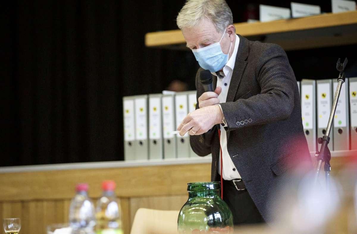 Der Ordnungsbürgermeister und langjährige Wahlleiter Martin Schairer  beim Losentscheid Foto: Lichtgut/Julian Rettig