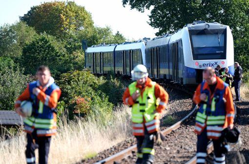 Zug rammt Auto – 35-Jährige stirbt, Tochter schwer verletzt