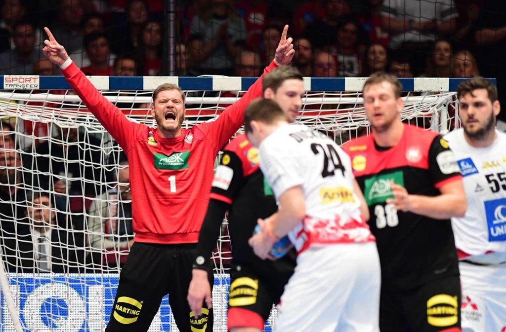 Die deutschen Handballer freuen sich über den Sieg gegen Österreich, den größten Anteil daran hat Torwart Jogi Bitter (li.). Foto: dpa/Robert Michael