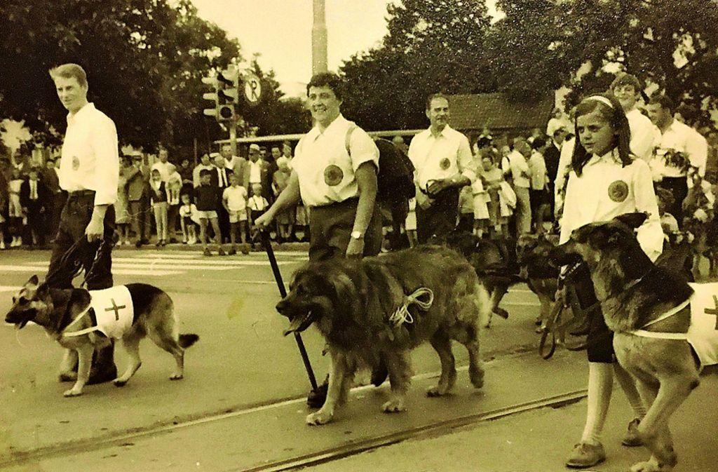 Ein Foto aus alten Tagen: Beim Kinderfestumzug im Jahre 1969 beteiligte sich  der Hundeverein mit einer Fußgruppe und einem Festwagen Foto: privat