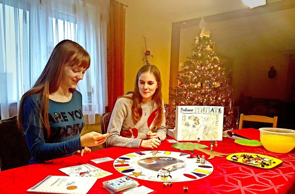 Michelle Jahn (links) und ihre Schwester Teresa brennen für Mathe und Naturwissenschaften. Mit ihrem Spiel wollen sie ihr Interesse an die ganz Kleinen weitergeben. Foto: Lena Hummel