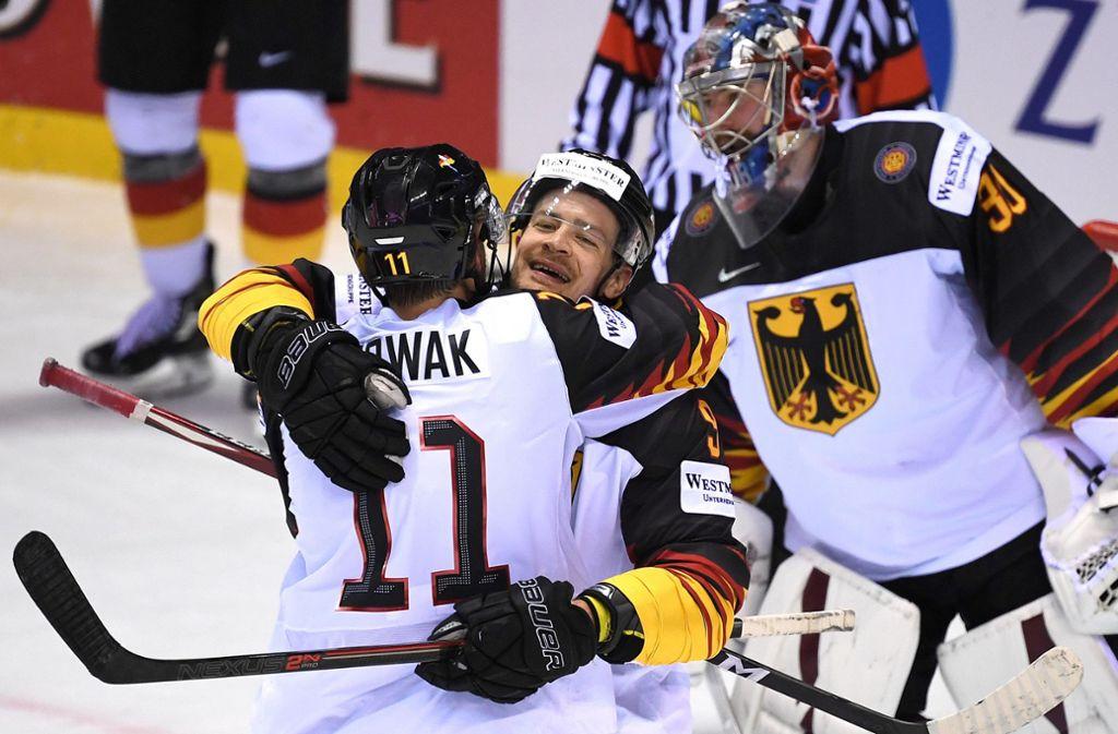So darf es nach dem Tschechien-Spiel gerne wieder sein: Marco Nowak (li.) und Kapitän Moritz Müller jubeln nach dem Sieg über Finnland. Foto: dpa