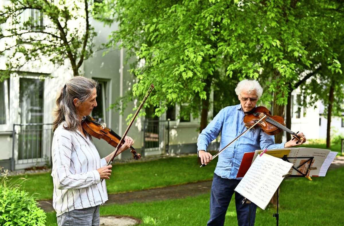 Ulrike Stortz und Emanuel Wieck vom Stuttgarter Kammerorchester haben ihre Proben ins Freie verlegt. Foto: Reiner Pfisterer/Reiner Pfisterer