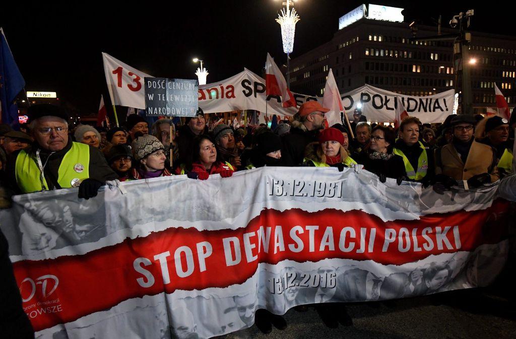 Zehntausende Polen protestieren gegen den Umbau des Staates durch die Regierung. Foto: dpa
