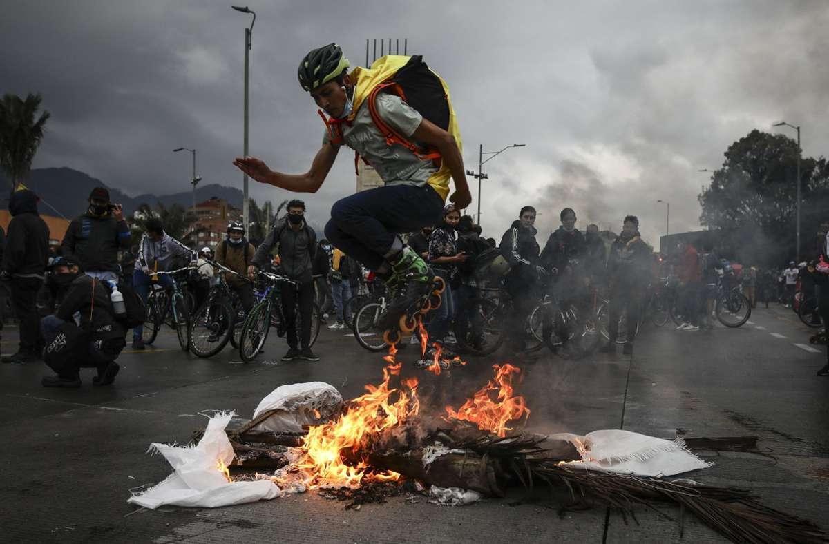 Bei den Protesten in Kolumbien wurden bislang mehrere Menschen getötet und verletzt. Foto: dpa/Ivan Valencia