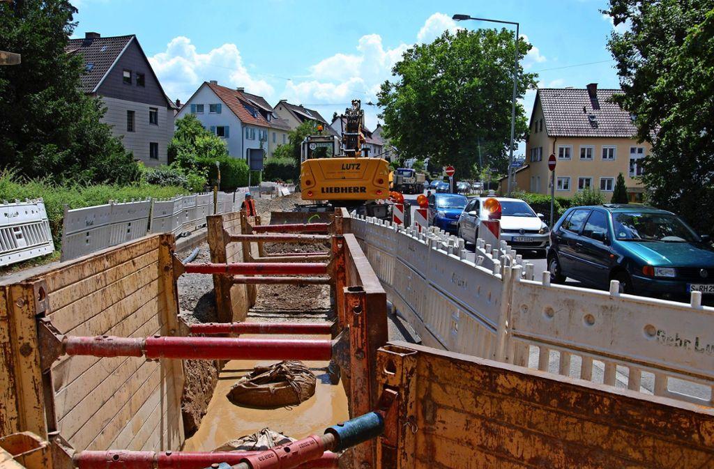 Die Arbeiten in der   Fellbacher Straße müssen bis zum 25. Juli beendet sein, da dann die Straße als Umleitungsstrecke dient. Foto: Kuhn