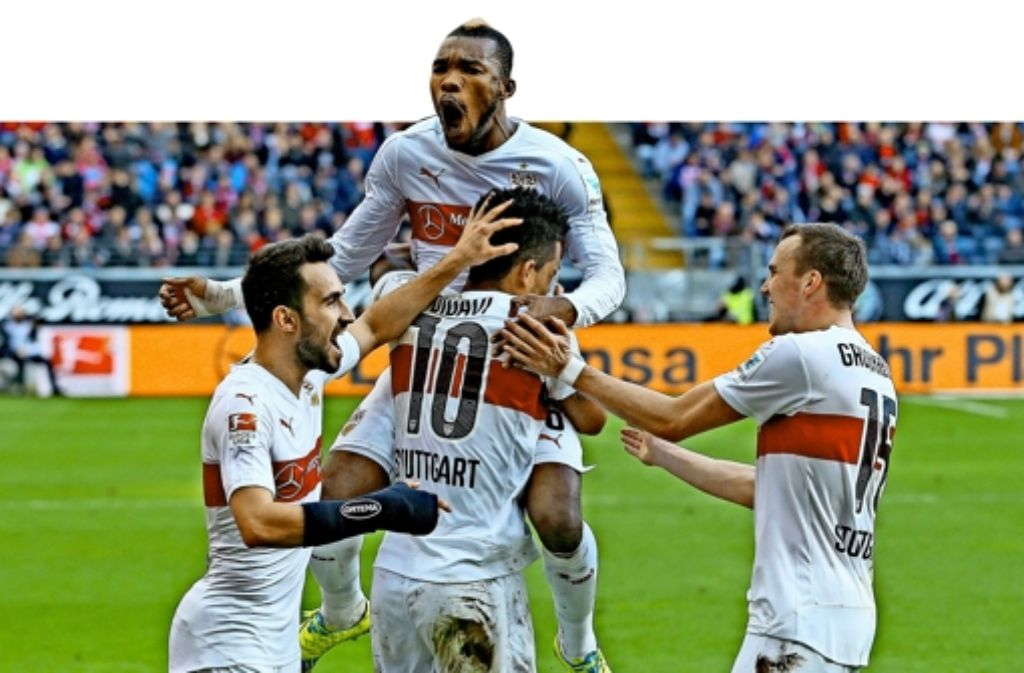So sehen Sieger aus: Serey Dié ist obenauf und feiert mit Lukas Rupp, Daniel Didavi und Kevin Großkreutz (von links) den Erfolg in Frankfurt.Nach vier Siegen in Serie hat Jürgen Kramny gut lachen. Foto: Baumann