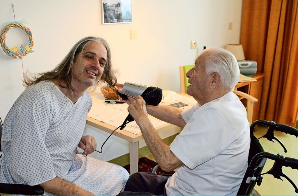 Altenpfleger Tilman Klein schlüpfte in die Rolle eines Heimbewohners. Foto: Birte Stärhmann