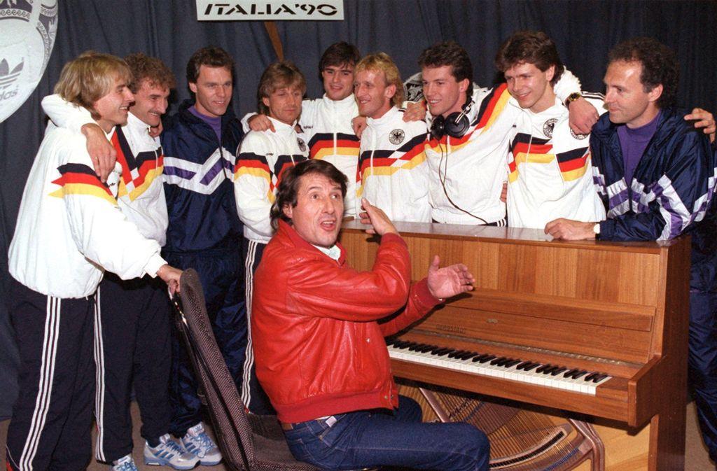 Bei früheren Weltmeisterschaften haben die deutschen Fußball-Nationalspieler auch schon mal mitgesungen – hier zusammen mit Udo Jürgens vor der WM 1990 in Italien. Foto: dpa