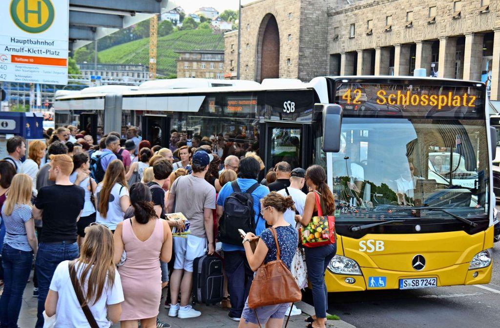 Im 42er-Bus geht es vor allem früh morgens sehr eng zu. Foto: Rosar