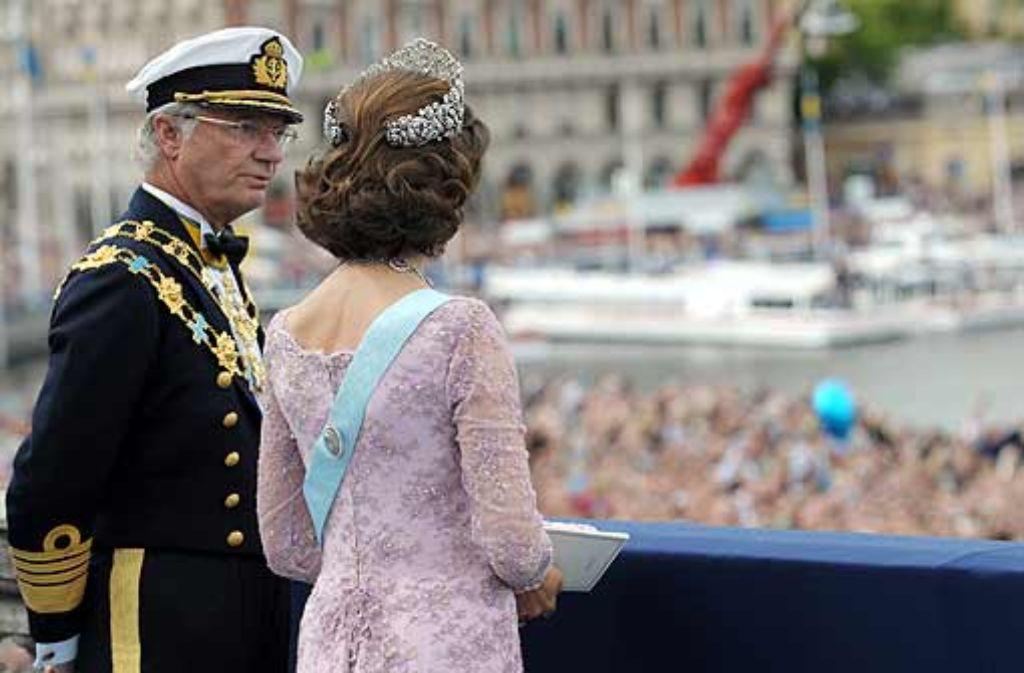 Das Königspaar lässt sich nicht beirren: Carl Gustaf redet sich raus, Silvia schweigt. Foto: dpa