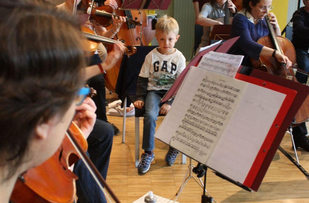 Max Mohr darf inmitten der Stuttgarter Musikfreunde Platz nehmen. Foto: