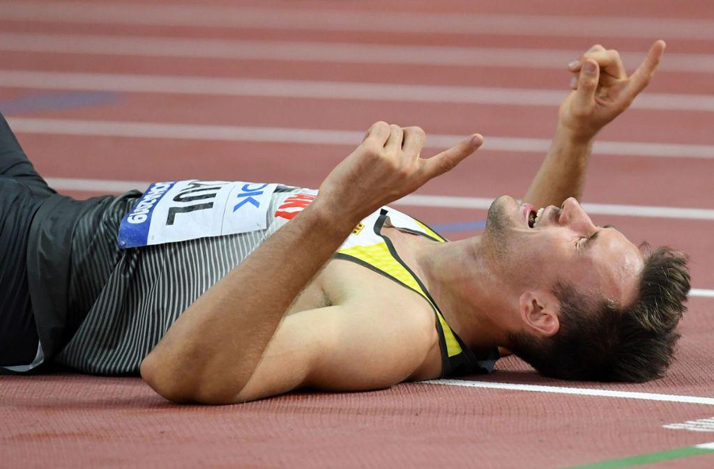 Erschöpft und überglücklich liegt Niklas Kaul nach 1500 Metern am Boden. Foto: AFP/Kirill Kudryavtsev