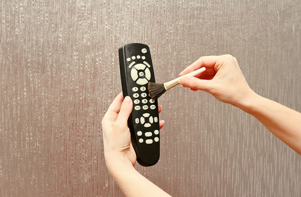 Mit einem weichen Pinsel lässt sich der Staub zwischen den Knöpfen gut entfernen. Foto: Andrei Sitnikov / shutterstock.com