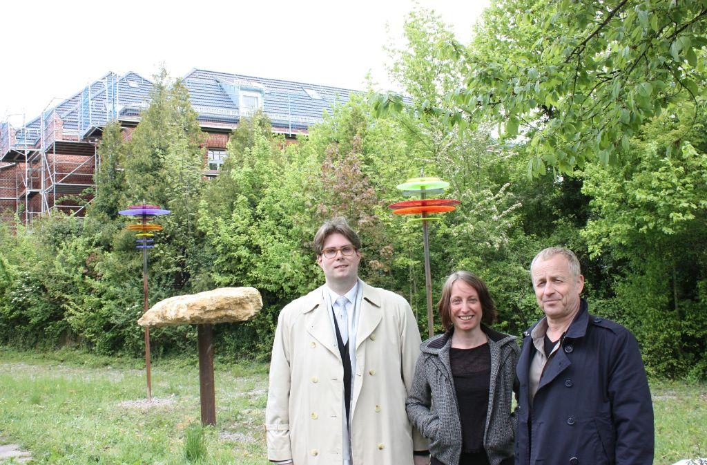 Martin Handschuh, Yvonne Schuster und Volker Schirner (von links) vor den Kunststelen. Foto: Annina Baur