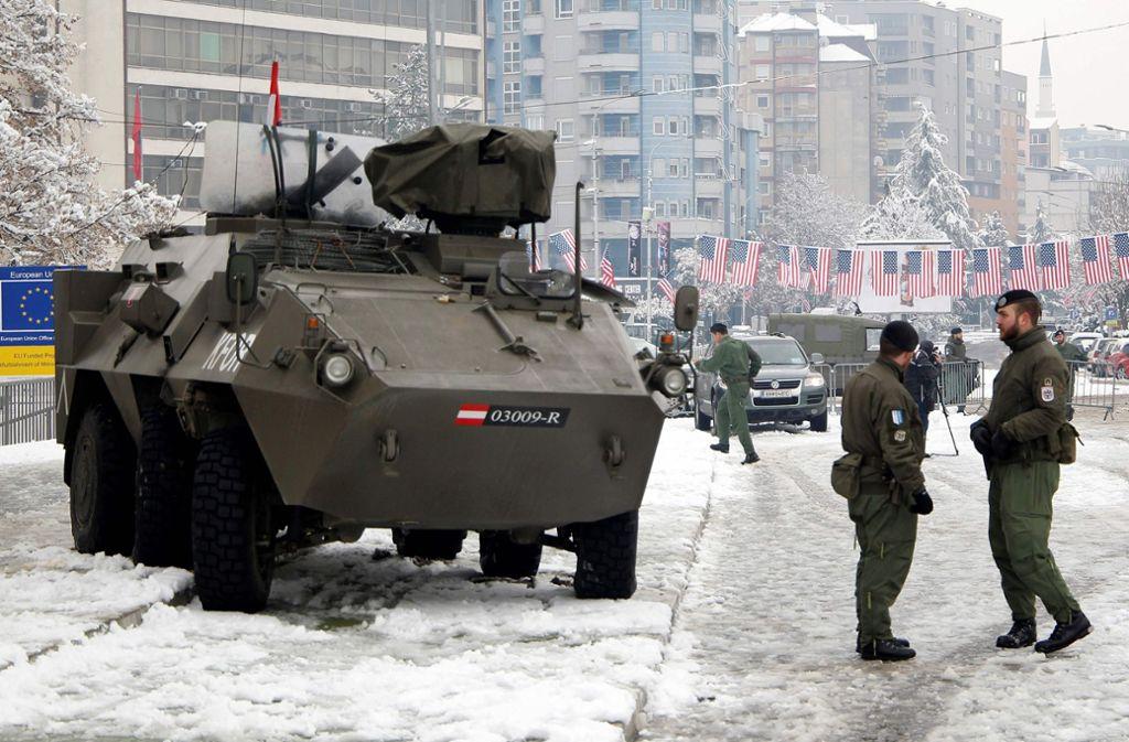 Kosovo hat beschlossen, seine eigene Armee aufzubauen – und so Serbien erzürnt. Im Bild Nato-Truppen in Kosovo. Foto: AFP