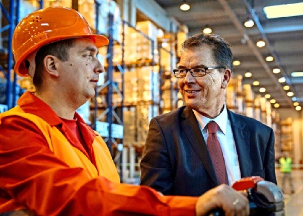 Entwicklungsminister Gerd Müller (rechts) inspiziert in Kiew ein Logistikzentrum, in dem die Hilfsgüter umgeschlagen werden. Foto: dpa