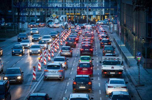 CDU fährt dreispurig am Neckartor vorbei