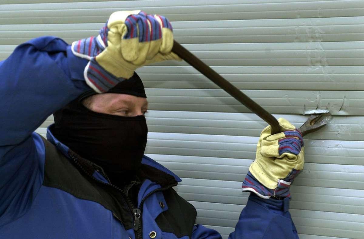 Die Täter gelangten über ein Fenster in das Gebäude (Symbolbild). Foto: dpa/Norbert Försterling