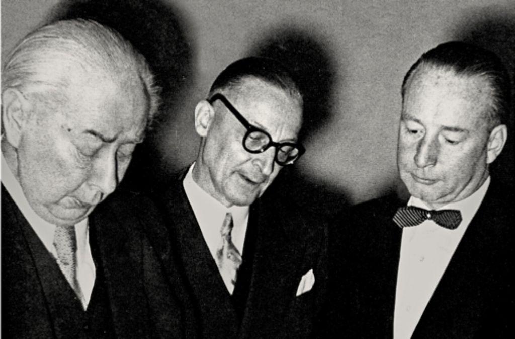 Theodor Heuss, Josef Hirn und Arnulf  Klett (von links) bei der Überreichung des Ehrenbügerbriefs der Stadt  an den Bundespräsidenten Heuss im Januar 1954. Foto: StZ