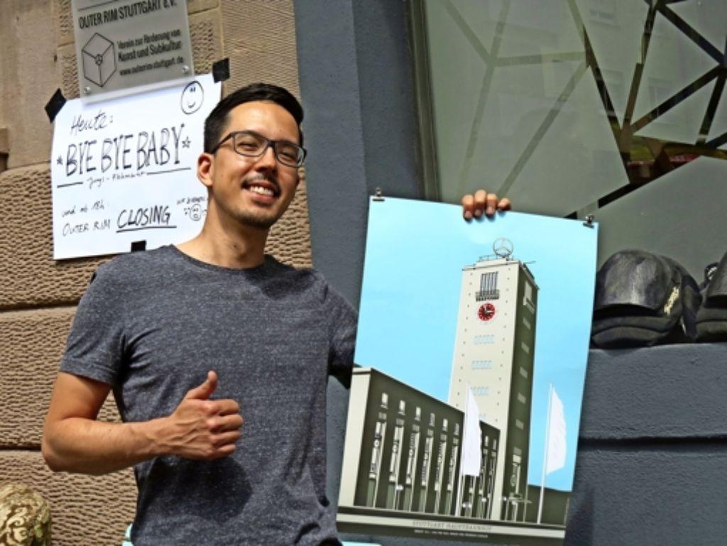 Stefan Bubeck – mit einem Plakat des Stuttgarter Künstlers Yves Findling –   freut sich mit den Outer Rim-Aktivisten  auf neue Aktivitäten an anderen Orten. Foto: Sybille Neth