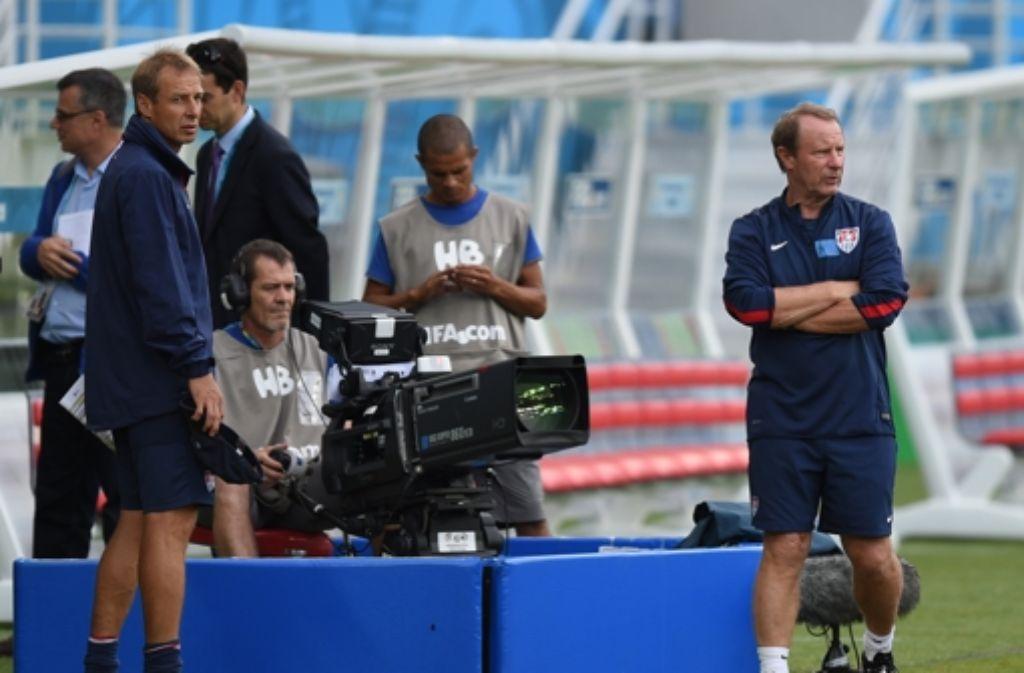 US-Coach Jürgen Klinsmann (links) und sein Berater Berti Vogts (rechts) wollen Bundestrainer Joachim Löw am Donnerstag ein Bein stellen. Foto: dpa
