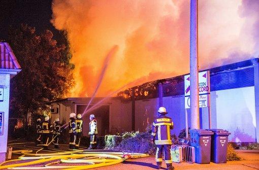 Supermarkt brennt komplett aus