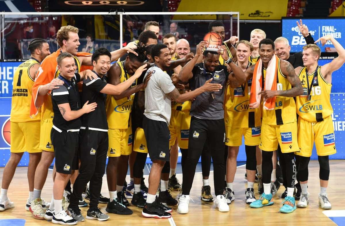 Die Riesen feiern die Vizemeisterschaft – spielen aber nicht international. Foto: dpa/Christof Stache