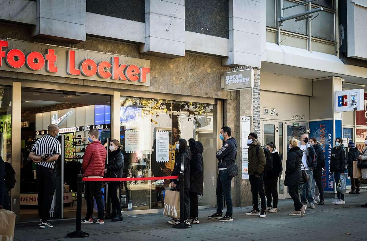 Ungewohnt lang sind die Warteschlangen vor den Geschäften in der Innenstadt am Black Friday. Foto: Lichtgut/Achim Zweygarth