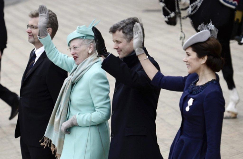 Das Geburtstagskind Margrethe von Dänemark winkt dem Volk zu - an ihrer Seite: Kronprinz Frederik und Kronprinzessin Mary. Foto: dpa