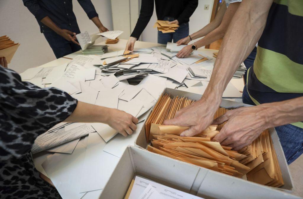 Wahlhelfer beim Auszählen der Stimmzettel. Foto: factum/Weise