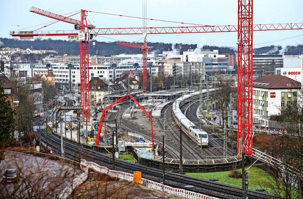 Die Deutsche Bahn möchte in der zweiten Hälfte des Jahres 2023 mit den Arbeiten am Feuerbacher Bahnhof fertig sein. Anschließend kann die Stadt unter anderem damit beginnen, die Siemens-, Tunnel- und Bludenzer Straße umzubauen. Foto: Lichtgut/Leif Piechowski