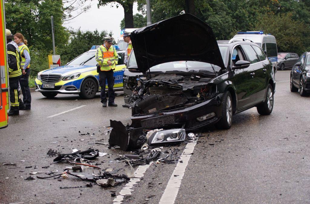 Die Unfallstelle auf der Neuen Weinsteige mit dem beschädigten Fahrzeug. Foto: SDMG