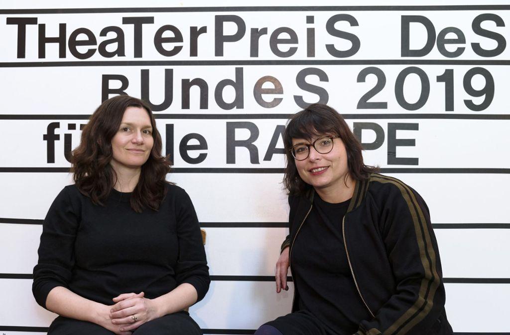 Marie Bues (li.) und  Martina Grohmann, Intendantinnen des Stuttgarter Theaters Rampe,  freuen sich über die Auszeichnung: Ihr Haus erhält den Theaterpreis des Bundes 2019. Foto: Lichtgut/Michael Latz