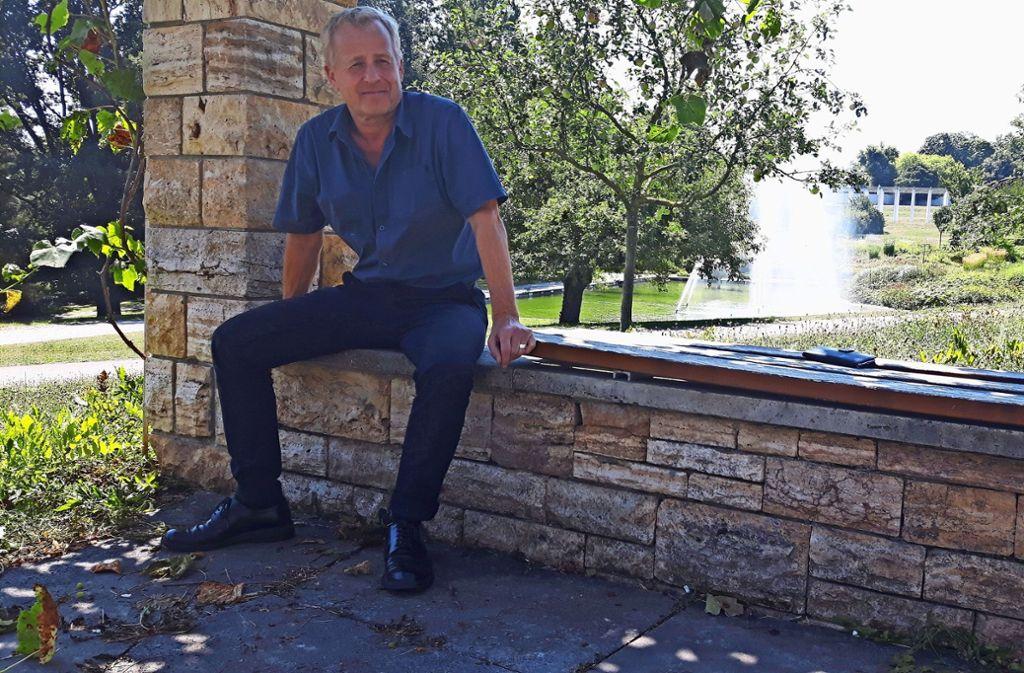Gartenamtschef Volker Schirner liebt den Platz auf der Steinmauer. Foto: Eva Funke