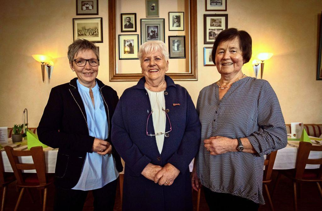 Mit der Ehrenvorsitzenden  Rosemarie Rieker  in der Mitte: Das Neidlinger  Landfrauen – Führungsduo  Ulrike Braun (links) und Elsbeth Linsenmayer Foto: Michael Steinert