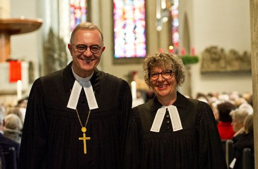 Bischof Frank Otfried July und Prälatin Gabriele Arnold in der Stiftskirche. Foto: Lichtgut/Volker Hoschek