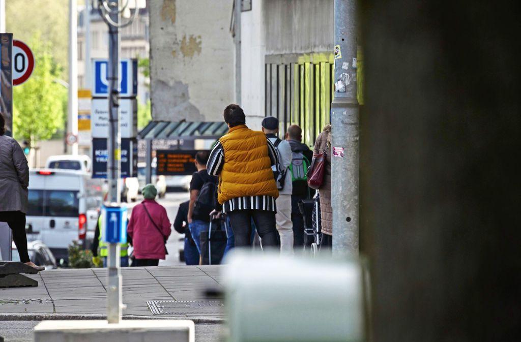 Schlange stehen vor dem Tafelladen: Nur fünf Kunden dürfen auf einmal rein. Die  Nachfrage,steigt, denn bei vielen ist das Budget jetzt noch knapper als vor der Krise.Foto: Lg/Julian Rettig Foto: