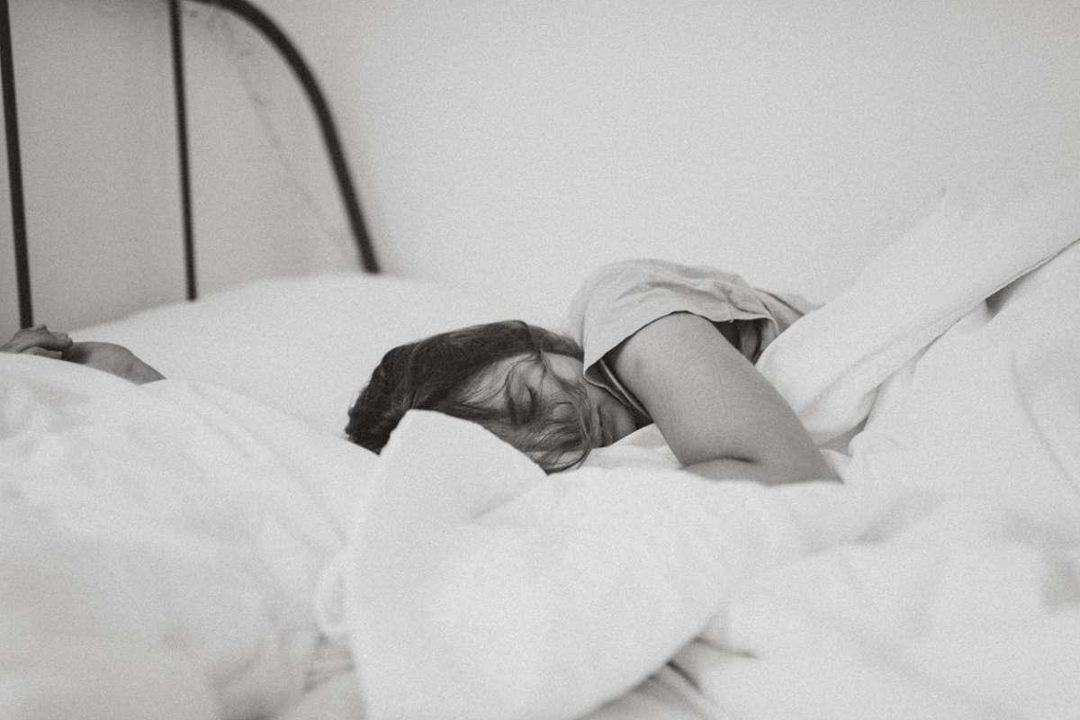 24 Stunden ohne Schlaf wirken sich auf dich aus wie 1,0 Promille. Foto: Unsplash/Kinga Cichewicz